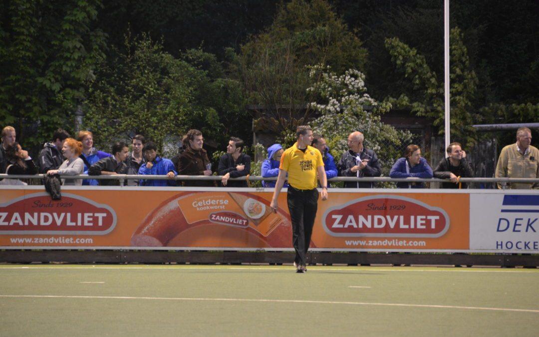 Sędziowie hokeja na trawie używający AXIWI podczas seminarium Royal Dutch Hockey Federation